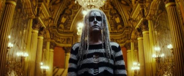 Sheri Moon Zombie à la messe.